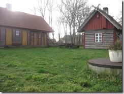 Vasakul duširuumid (maja vastasküljel on WC-d), paremal saun.